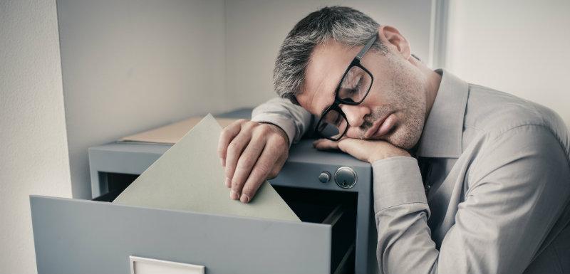 Homme sujet à la narcolepsie sur son lieu de travail